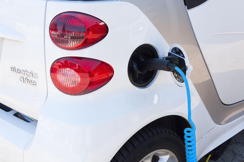 Una automobile elettrica in fase di ricarica
